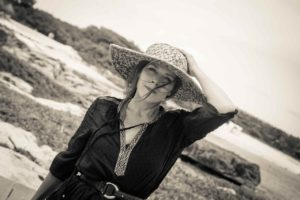 https://pixabay.com/photos/woman-with-straw-hat-2685292/